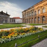 Theaterplatz, Zwinger, Blumenbeet, Dresden, Sachsen, Deutschland